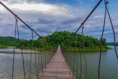 Zawieszenie most przez wyspa na chmurnym dniu obraz royalty free