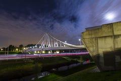 Zawieszenie most przy nocą pod blask księżyca z lekkimi śladami zdjęcie royalty free
