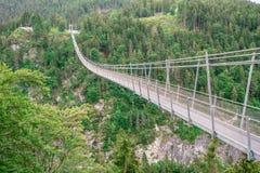 Zawieszenie most przy Reutte między dwa wzgórzami w pięknej krajobrazowej scenerii Alps, Tirol, Austria zdjęcie royalty free