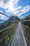 Zawieszenie most przy Reutte mi?dzy dwa wzg?rzami w pi?knej krajobrazowej scenerii Alps, Tirol, Austria fotografia royalty free