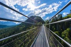 Zawieszenie most przy Reutte mi?dzy dwa wzg?rzami w pi?knej krajobrazowej scenerii Alps, Tirol, Austria obraz stock