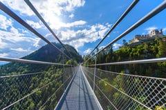 Zawieszenie most przy Reutte mi?dzy dwa wzg?rzami w pi?knej krajobrazowej scenerii Alps, Tirol, Austria zdjęcie royalty free