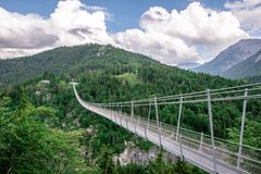 Zawieszenie most przy Reutte mi?dzy dwa wzg?rzami w pi?knej krajobrazowej scenerii Alps, Tirol, Austria obrazy royalty free