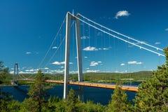 Zawieszenie most przy wysokim wybrzeżem w Szwecja zdjęcia stock