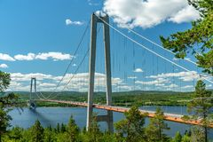 Zawieszenie most przy wysokim wybrzeżem w Szwecja obrazy stock