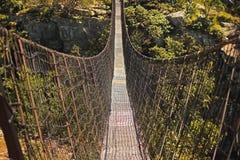 ZAWIESZENIE most ROZCIĄGA SIĘ PRZEZ otchłań obrazy stock