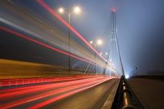 Zawieszenie most w prędkości i mgle wykłada obrazy stock