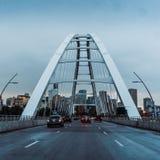 Zawieszenie mosta archway z drogą zdjęcie stock