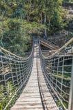 Zawieszenie mostu widok na zwyczajnym przejściu na górach zdjęcia royalty free