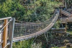 Zawieszenie mostu widok na zwyczajnym przejściu na górach obrazy royalty free
