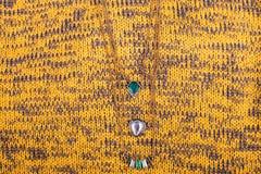 Zawieszenie na tle musztarda pulower obraz royalty free