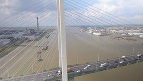 Zawieszenie rzeki i mosta widok z lotu ptaka zdjęcie wideo