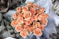 zawijać papierowe róże Obrazy Royalty Free