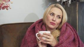Zawija w koc kobieta pije kawę zdjęcie wideo
