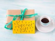 Zawijająca niespodzianka wakacyjnego prezenta pudełka urodzinowa kawa Zdjęcie Stock