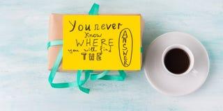 Zawijająca niespodzianka wakacyjnego prezenta pudełka urodzinowa kawa Fotografia Royalty Free