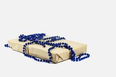 Zawijający Bożenarodzeniowy prezenta pudełko na białym tle zdjęcie royalty free