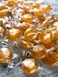 Zawijający butterscotch cukierki obraz royalty free