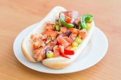 zawijający hot dog z bekonem zawijał kiełbasę, majonez, smażone cebule, pieprze, pomidor z cilantro, gorący pieprz i bac, zdjęcie stock