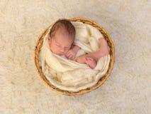 Zawijający nowonarodzony dziecko zdjęcie royalty free