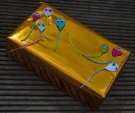 Zawijający prezent na pokazie na harboard podłoga zdjęcia stock