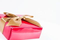 Zawijający prezent z złotym faborkiem obrazy royalty free