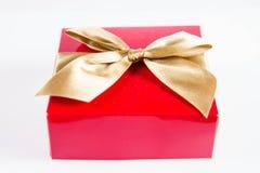 Zawijający prezent z złotym faborkiem zdjęcie royalty free