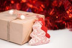 Zawijający prezenta pudełko na czerwonym iskrzastym tle obraz royalty free