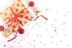 Zawijający prezenta pudełko z czerwonym faborkiem i łęk na białym drewnianym tle fotografia royalty free