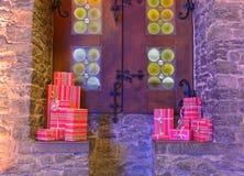 Zawijający prezenty przed średniowiecznym okno zdjęcia stock