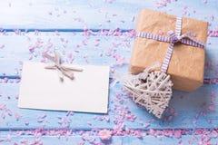 Zawijający pudełko z teraźniejszością, opróżnia etykietkę i dekoracyjnego białego serce Zdjęcie Royalty Free