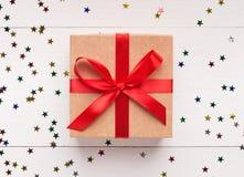 Zawijający rocznika prezenta pudełko z czerwonym łękiem na białym tle zdjęcie stock