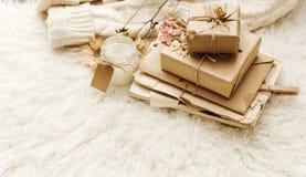 Zawijający rzemiosło prezenta pudełka z suchymi kwiatami nad futerkowym tłem fotografia royalty free