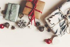 Zawijający teraźniejszość pudełka z ornament sosną konusują anyż na białym w fotografia royalty free