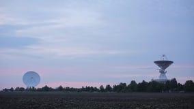 Zawodnik bez szans dwa satelita szyka przy centrum Astronautyczna komunikacja z drzewami i polem zdjęcie wideo