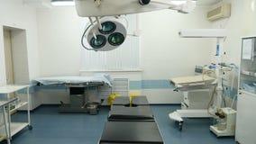 Zawodnik bez szans operacja w macierzyńskiej klinice z operaation światłami obracał daleko Sprzęt medyczny 4K zbiory wideo