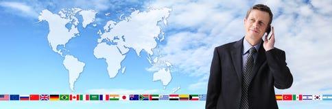 Zawody międzynarodowi kontakt, biznesowy mężczyzna opowiada na telefonie Obrazy Royalty Free