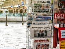 Zawody międzynarodowi prasa o Emmanuel Macron wyborach jako francuza Pr Obraz Stock