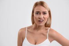 Zawodząca młoda kobieta pozuje z frustracją Obraz Royalty Free