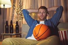 Zawodząca nieogolona męska przyglądająca koszykówka zdjęcia royalty free