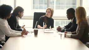 Zawodzący żeński zły szef napomina męskiego pracownika przy drużynowym spotkaniem zbiory
