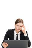 Zawodząca gniewna kobieta z laptopem - bad wynika Obrazy Royalty Free