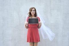 Zawodząca kobieta trzyma talerza Fotografia Royalty Free
