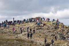 ZAWOJA, POLEN - SEPTEMBER 16, 2018: Mensen op de bovenkant van Babia Gora - Diablak - de hoogste berg in Poolse Beskid-Bergen stock foto's