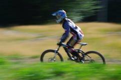 Zawoja, Pologne - 17 août 2013 downhill Cycliste inconnu montant rapidement sur la bicyclette photos stock
