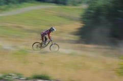 Zawoja, Polonia - 17 de agosto de 2013 downhill Ciclista desconocido que monta rápidamente en la bicicleta imagenes de archivo