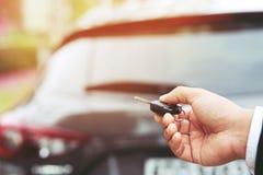 Zawsze blokuje samochodowego drzwi z auto kluczem zapobiegać kradzież obraz stock