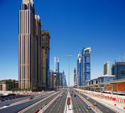 zayed Road回教族长增光与摩天大楼 库存图片