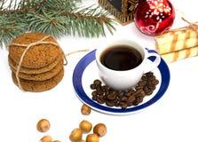 Zazębianie ciastka, jedliny gałąź, filiżanka kawy, kawy adra Fotografia Stock