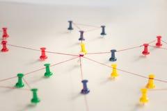 Zazębianie jednostki _ Networking, ogólnospołeczni środki, SNS, internet komunikaci abstrakt Mała sieć łącząca wielki ne obraz royalty free